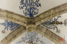 Detail in Sint Catharijnekerk. Je ziet een sluitsteen van een kruisgewelf met de afbeelding van de heilge St. Catharina van Alexandrië (de beschermheilige van de kerk). http://www.catharijnekerk.nl/