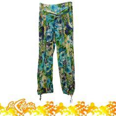 Estamos en el momento perfecto para exagerar más nuestro look con #estampados #florales #pantalones #tiendalagloria