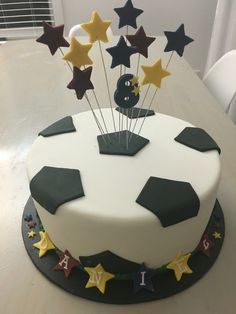 Simple boys soccer ( football ) cake in fondant - Cake Decorating Simple Ideen Football Birthday Cake, Soccer Birthday Parties, Birthday Cup, Football Cakes, Birthday Boys, Soccer Party, Lemon And Coconut Cake, Soccer Cake, Novelty Cakes