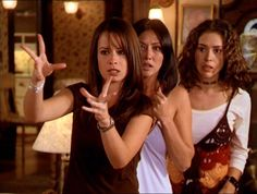 Piper, Prue and Phoebe Halliwell (Holly Marie Combs, Shannen Doherty and Alyssa Milano) Serie Charmed, Charmed Tv Show, Phoebe Charmed, Alyssa Milano Charmed, Phoebe And Cole, Charmed Sisters, Beautiful Witch, Holly Marie Combs, Shannen Doherty