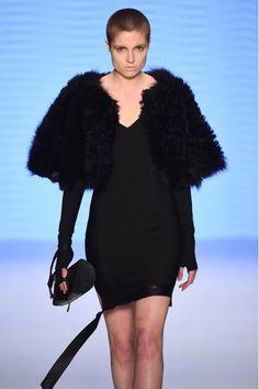 Tuba Ergin Ronia Kürk Pelerin ile tarzını ve şıklığını tamamla, modayı keşfet. Birbirinden güzel Panço modelleri Lidyana.com'da!