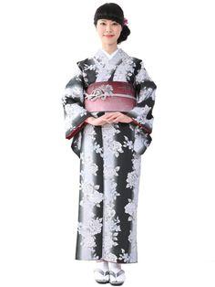 Washable Kimono 《小紋着物 袷 13A》 きもの初めてさんにおすすめなカジュアル小紋の袷着物です。 黒地に薔薇をあしらったモノトーンで大人可愛いデザインです。 一般的に10月~5月にお召しいただける袷の着物になります。 カフェ巡りやお食事会をはじめ、普段着として幅広くお召しいただけます。 素材は、自宅でも気軽に洗えるポリエステル着物のため 気兼ねなくお出かけいただけます。  着物の単品販売です。 お仕立済商品ですので、お届け後すぐにご着用いただけます。