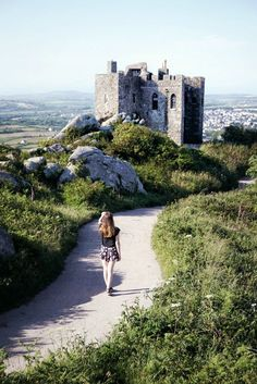 Hiking to Carn Brea Castle, cornwall, England Harry Potter Film, Places To Travel, Places To See, English Castles, Yorkshire England, Yorkshire Dales, Devon And Cornwall, English Countryside, France