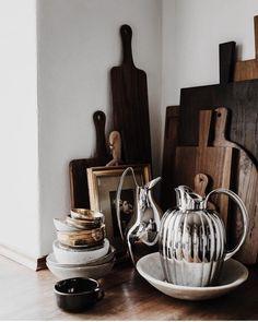 """200m2 on Instagram: """"Vackert! Klassiska Georg Jensen's kannor i stål mötet genuint handgjorda skärbrädor i trä. 📷@mikkeldahlstroem #georgjensen #bernadotte…"""""""