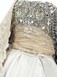 Dior - Haute Couture - Gianfranco Ferré - Robe du Soir - Organza Brodé de Pierres du Rhin par les Ateliers Lesage. La Traîne, qui peut-être Portée en Châle, est en Dentelle de Valenciennes Rebrodée de Perles et le Bouquet Vient de la Maison Trousselier - 1989-90