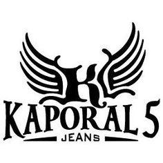 Apparue sur le marché français en 2004, KAPORAL fait ses premiers pas dans le denim. Devant le succès de ses collections de jeans, la marque se diversifie jusqu'à proposer une gamme complète de vêtements pour Homme et Femme.   KAPORAL est aujourd'hui une marque lifestyle avec un réel savoir faire dans le denim et une gamme développée d'accessoires (lunettes, montres, chaussures, maroquinerie,…).   D'abord très inspirées par les valeurs américaines, les collections très complètes explorent…
