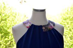 ROBE COLLIER : Robe bleu profond en crêpe. Collier en tissu traditionnel japonais. Plis en asymétrie sur le devant. de la boutique MadameChabada sur Etsy