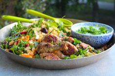 Fräsch couscoussallad med saftiga kycklingklubbor och yoghurt/persiljesås
