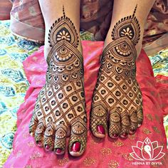 Already bought a pretty pair of payal to flaunt at your Mehndi? Take a pick from our favourite simple foot mehndi design ideas and slay the day in style, girl. Arabic Bridal Mehndi Designs, Wedding Henna Designs, Henna Designs Feet, Engagement Mehndi Designs, Stylish Mehndi Designs, Full Hand Mehndi Designs, Beautiful Mehndi Design, Dulhan Mehndi Designs, Arabic Mehndi