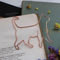 Wire bookmark, paperclip, cat, kitten, pet, gift for booklover, notebook accessories, clip-style bookmark, animal shape, gift for friend Wire Wrapped Jewelry, Wire Jewelry, Jewellery, Copper Wire Crafts, Wire Bookmarks, Personalized Bookmarks, Woodworking Projects For Kids, Wire Weaving, Beads And Wire