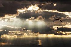 """""""navegando por el cielo"""", por seryich, ganadora del concurso «Deportes» en Fomunity."""