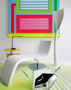 Фрагмент гостиной. Стеклянный столик Splash Coffee Рашид разработал для марки Tonelli, шезлонг-трансформер (его можно превратить в обычное кресло) Dragonfly — для Bonaldo, адвухуровневый столик Nuage назаднем плане— для Elite. Настольная лампа Kinx— его работа для FontanaArte, а торшер Solium он придумал для Artemide. Настене— работа ПитераХелли.
