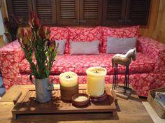 Más rojo, madera y flores !