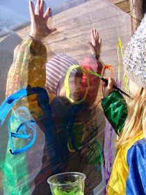 Alle børn elsker at få lov til at male i stort format. Når det så oven i købet foregår under åben himmel og i selskab med gode venner...