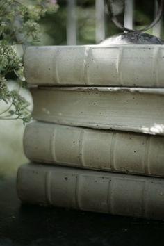 Rouheaa sisustamista vanhassa rintamamiestalossa. Paljon kirpputoreilla kiertelyä, löytöjä ja itsetekemisen riemua. Concrete Art, Concrete Projects, Brick Crafts, Papercrete, Decorating On A Budget, Garden Art, Book Art, Projects To Try, Savi