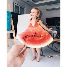 La moda más imaginativa es cuestión de perspectiva. Una mamá con mucha imaginación se apunta al vestido viral del verano, el #WatermelonDress, pero va más allá y 'viste' a su hija de 3 añitos con los vestidos más comestibles y floreados. ¡Qué original! (Fotos: @seasunstefani) #viral #vestidos #comida
