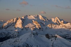 Grazie a Dolomiti Superski è possibile sciare da una valle all'altra, godendo dalla pista le viste più belle sul paesaggio alpino, potendo quasi toccare con mano le rocce dai colori vivi. Neve e sole non mancano mai, come ovviamente il divertimento. Che aspettate a partire? Per avere info su skipass, strutture alberghiere, piste e tutte le novità della stagione #dolomitisuperski: http://buzzoole.com/tr_dl_p
