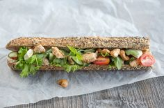 Limemaustetut Kananpojan fileesuikaleet ovat herkullisia patongin täytteenä. Täytetty patonki puolestaan sopii evääksi, illanistujaisiin tai ruokaisaksi iltapalaksi. Kananpojan lime-patonki