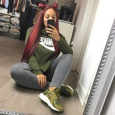 """SHERLINA NYM sur Instagram: Back to burgundy  Wearing 4x24"""" @dellishhair bundles & 18"""" lace frontal  custom coloured & installed by @houseofroyaltys"""