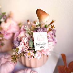 Egy igazán bájos őszi tartós dekoráció az asztalra otthon avgy az irodádban. Egy kerámia kaspóba készül selyemvirágok, kerámia tök és cuki őszi kiegészitők felhasználásával. Jelenleg készleten lévő színvilág: pasztell rózsaszín vagy barack. Kérlek a megjegyzés rovatba írd be melyiket szeretnéd. A termék megvásárolható DIY-készítsd el otthon csomagban is, kérlek ha így szeretnéd ezt is a megjegyzés rovatba jelezd, és mi ez alapján készítjük össze a csomagot Neked. A kaspó mérete: 12×10 cm Place Cards, Place Card Holders, Table Decorations, Furniture, Home Decor, Decoration Home, Room Decor, Home Furnishings, Home Interior Design