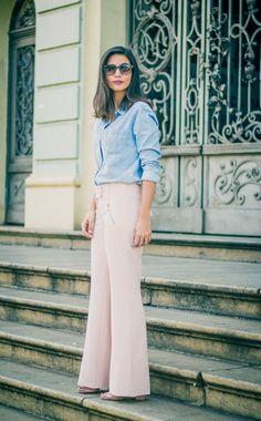 look calca pantalona rosa millennial e camisa jeans. look trabalho. look elegante. look moderno.