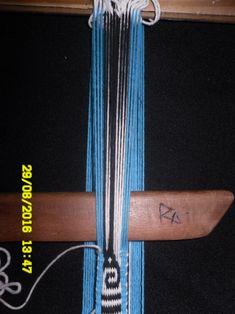 PASO A PASO N° 15 HILOS FLOTANTES 1/1 (PIEDRITAS)   reflejos aborígenes Inkle Loom, Loom Weaving, Diy Crafts, Personalized Items, Band, Stuff To Buy, Awesome Things, Macrame, Videos