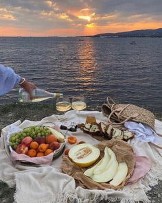 Picnic Date, Beach Picnic, Summer Picnic, Summer Bucket, Summer Beach, Summer Vibes, Summer Aesthetic, Aesthetic Food, Aesthetic Clothes