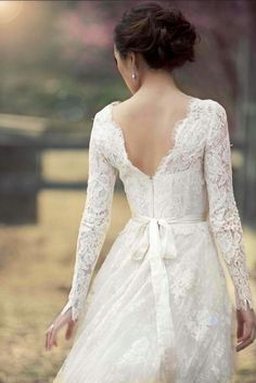 If I choose to incorporate long sleeves as a factor of my wedding dress, this is how I would do it! #lace #wedding