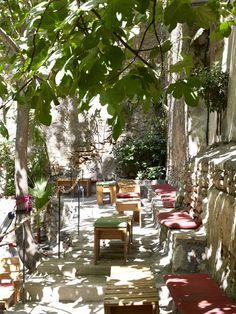 8 ιδέες για να πιεις καφέ στους πιο δροσερούς κήπους και αυλές της Αθήνας Places To Go, Table Decorations, Garden, Holiday, Furniture, Home Decor, Travel, 3, Colors
