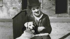 Charles Chaplin con un perro