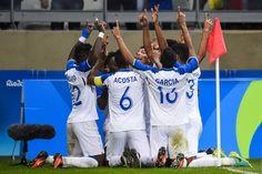 Honduras gana a Corea y clasifica por primera vez a semifinales Los catrachos vencen 1-0 a los surcoreanos con gol de Alberto Elis Los jugadores de Honduras celebran el gol de la victoria