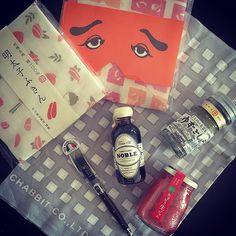 2016/01/15 連投失礼します ・ ・ きみちゃん@shikihori から昨日届いた素敵便 ・ 可愛い布巾と手ぬぐい、オシャレメープルシロップにオシャレバターナイフ、父親に食べられてしまったジャムを補うべくあまおうのジャム、そして過去にワタシが柚子胡椒が好きと言っていたのを覚えててくれてのゆずごしょう ・ きみちゃんの心づかいがなにより素敵な素敵便 ・ 素敵便が素敵過ぎて小躍りが止まりません ・ 年明けから皆様からの素敵をいただき過ぎて、ワタシの一生の素敵を使い果たすのではないかと近頃不安になりますわ ・ ・ 布巾はもったいなくてしばらくは使えないけど、わが家にはオシャレなバターナイフなどないのでこちらはヘビロテ決定とさせていただきます♡ ・ きみちゃん、ありがとう♡ ・ さて、暖かいうちにいただいたジャムに合うパンを買いに行きましょうかねー♬ ・ ・ #素敵便 #にわかせんぺい #ゆずごしょう #あまおう #CHABBIT #noblehandcrafted Fukuoka, Gourmet Recipes, Artisan, Monogram, Instagram Posts, Pattern, Crafts, Manualidades, Patterns