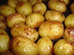Batatas bolinha assadas são muito fáceis de preparar.   Demoram um pouquinho no forno, mas são deliciosas!       Você vai precisar de:  * ...