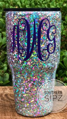 I like how this glitter looks, with a little bit of color. Maybe use this glitter for the spots on the woodgrain tumbler. Diy Tumblers, Custom Tumblers, Glitter Tumblers, Tumblr Cup, Glitter Cups, Purple Glitter, Cup Crafts, Custom Cups, Tumbler Designs