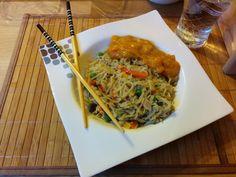 Zum Mittagessen bei Tanja dann Woknudeln mit Curry-Kokos Soße klassisch mit Stäbchen genossen, wie es sich gehört!