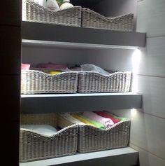 Плетение из газет Baskets On Wall, Storage Baskets, Wicker Baskets, Linen Closet Organization, Paper Weaving, Newspaper Crafts, Sewing Baskets, Paper Basket, Wicker Furniture