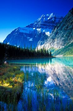 Cavell Lake and Mount Edith Cavell on a beautiful fall morning in Jasper National Park, Alberta, Canada Places To Travel, Places To See, Places Around The World, Around The Worlds, All Nature, Belle Photo, Nature Photos, Beautiful Landscapes, The Great Outdoors