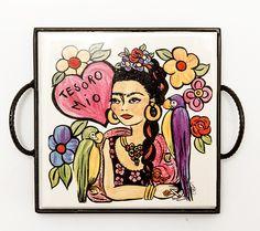 Bandeja com o tema Frida Tesoro mio! #porcelana #porcelanadecorada #porcelanapersonalizada #decoração #decor #pintadoamão #feitoamão #brasil #brazil #homedecor #porcelain #FridaKahlo #Frida #flowers #flores #quote