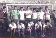 Equipo de fútbol co seu entrenador posando diante da portería. Cedida por Ezaro.com
