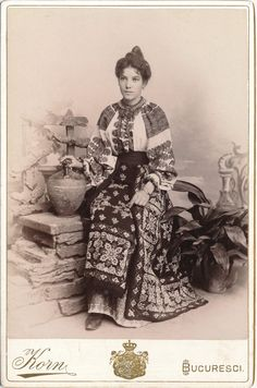 Adela in costum popular, fotografie din 1895, atelierul Korn din Bucuresti