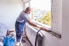Mit dem Staubsauger werden kleinere Schmutzteile in der Mauerfuge entfernt.   #Fenstertausch #Altbau #Linz #Sanierung