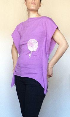Maglietta Bio-Violet  Originale maglietta in bio-cotton con taglio a punta lungo i fianchi. Riporta il disegno di un fiore con discreti inserti decorativi brillanti. Maglietta piena di stile ed eleganza. Rifinita con grande cura fino nei minimi dettagli.  Pezzo unico che nasce dalla professionalità e la passione di Laura Giordano, Creazioni Lalù (TI).  Taglia M Grande, T Shirts For Women, Green, Tops, Chic