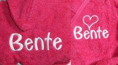 Badjasje borduren met naam en hartje en achterzijde naam. www.borduurkoning.nl/shop