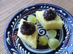 Prajituri Din Orez Cu Magiun De Prune / Rice Cakes With Plum Jam https://vegansavor.wordpress.com/2015/07/12/rice-cakes-with-turmeric-lemongrass-plum-jam-peanuts-and-grapes/ #Topoloveni #plum #jam #cakes #grapes #peanuts #vegan #sweets