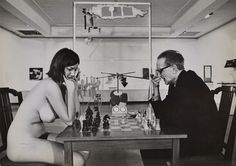 En 1963, une rétrospective longuement attendue de Marcel Duchamp, probablement le plus important et le plus influent des artistes du 20ème siècle, se tenait au Pasadena Art Museum. L'exposition, dont le commissaire était le renégat du monde de l'art et directeur de musée Walter Hopps, était la première rétrospective de Duchamp dans un musée aux Etats-Unis et un joli coup pour le monde de l'art de la côte ouest.