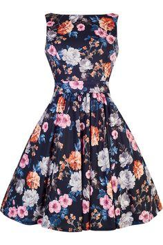 Retro šaty Lady V London Summer Carnation Floral Tea Nádherný model z londýnské módní dílny Lady V London, který využijete na svatby nebo jiné společenské události, zahradní párty, oslavy či krásné letní dny. Černý podklad s barevnými květy vás přenese do rozkvetlých zahrad po celý rok. Příjemný, splývavý, nemačkavý materiál (95% polyester, 5% elastan), slušivý lodičkový výstřih, vzadu lehce vykrojené se zapínáním na zip a vázačkou zajistí skvělé přilnutí k Vaší postavě. Můžete doplnit…