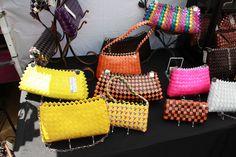 Candy Wrapper Purse 5 Son solo fotos de flickr, pero se ve como aplicar la tecnica para hacer bolsos serios