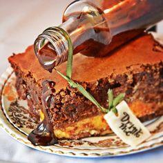 Bayard the Bloodhound: Εάν έβρισκε την Αλίκη θα κέρδιζε την ελευθερία της οικογένειας του και τη δική του. Αποδείχτηκε ομως πιστός στην αντίσταση κατα της Κοκκίνης βασίλισσας & έγινε ένας από τους καλύτερους φίλους της Αλίκης. Του αφιερώνουμε το Bitter Chocolate Cheesecake με αναμεικτες γεύσεις απο πραλίνα Φουντουκιού και στιγμιαίο καφέ. Tiramisu, Brownies, Wonderland, Tasty, Ethnic Recipes, Desserts, Food, Cake Brownies, Tailgate Desserts