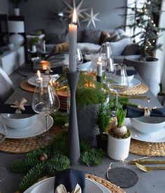christmas table Regardez cette photo In - Christmas Table Settings, Christmas Tablescapes, Christmas Table Decorations, Holiday Tables, Holiday Decor, Modern Christmas Decor, Thanksgiving Table, Holiday Parties, Deco Table Noel