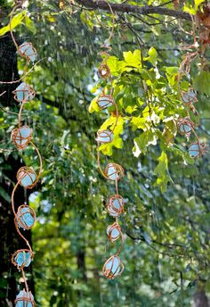 DIY Rain Chain DIY rain chain constructed out of copper and recycled glass Garden Crafts, Garden Projects, Garden Art, Garden Whimsy, Big Plants, Exotic Plants, Rain Chain Diy, Rain Chains, Flower Pot Design